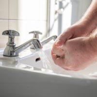 Jakie korzyści daje stosowanie antybakteryjnych żeli do mycia rąk?